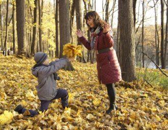 filho presenteando sua mãe